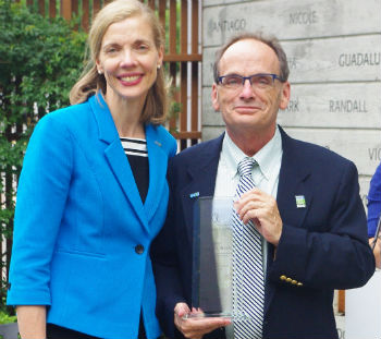 Harvey Steele, 2016 recipient of the UNOS National Donor Memorial Award of Excellence, pictured with Betsy Walsh, 2016 OPTN/UNOS board president.